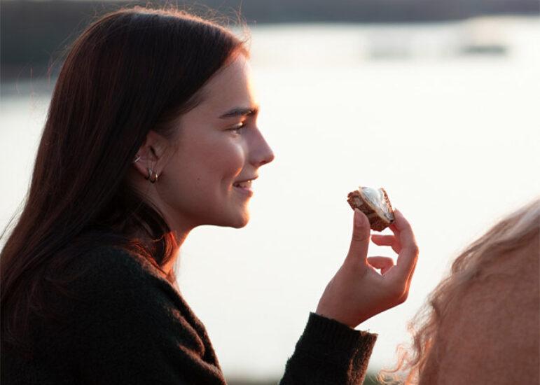 Tüdruk sööb leiba Keiju margariiniga
